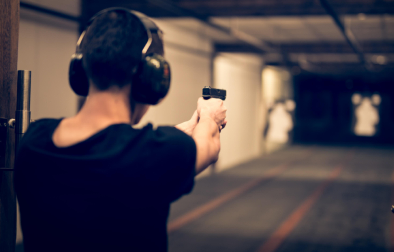 Człowiek w czasie treningu na strzelnicy