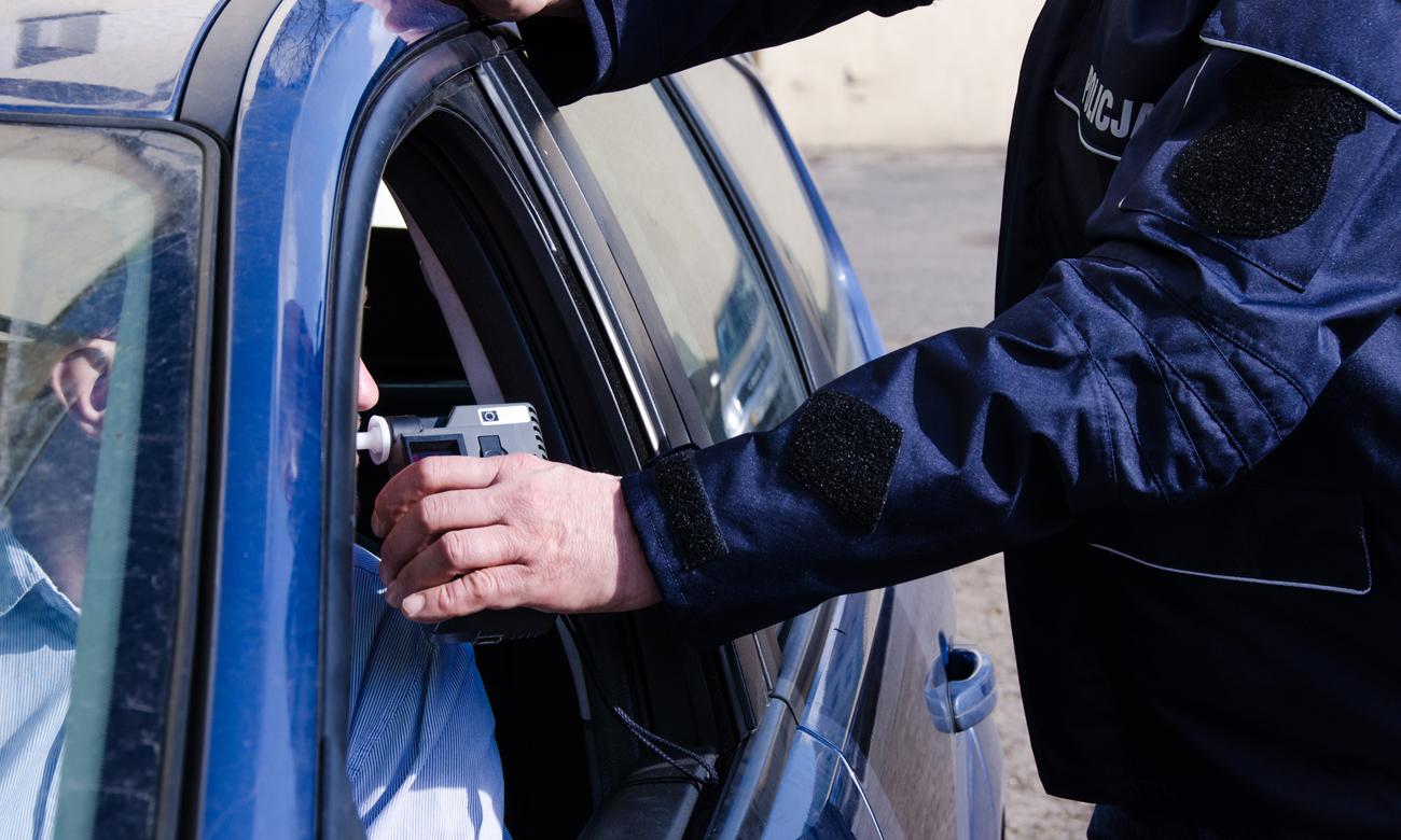 Policjant kontrolujący trzeźwość