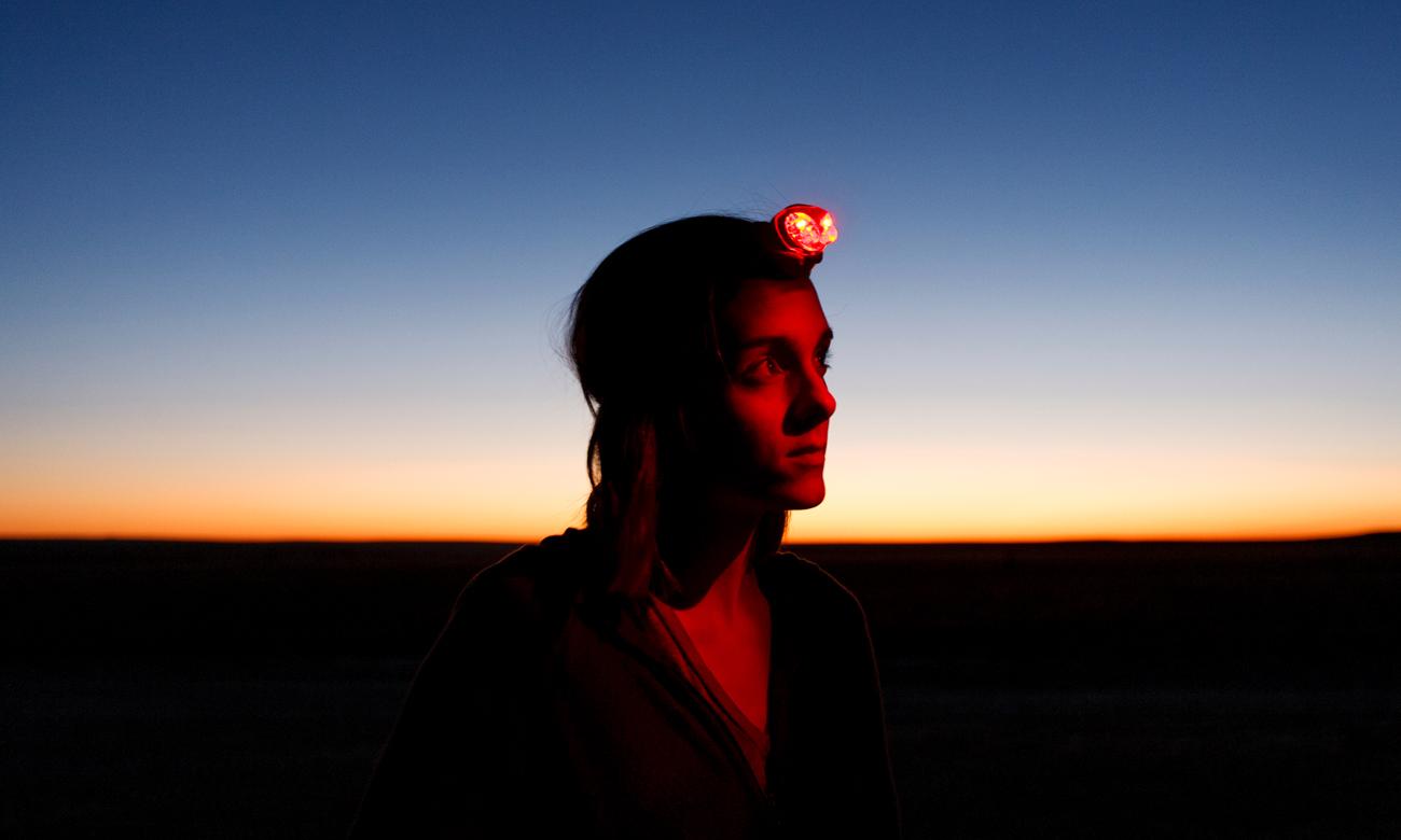 Człowiek w górach z latarką