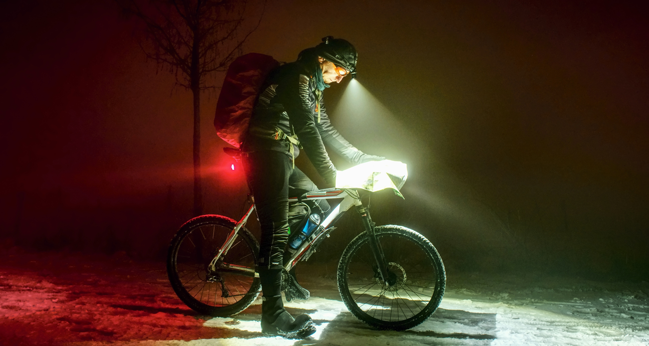 Osoba na rowerze podczas czytania mapy