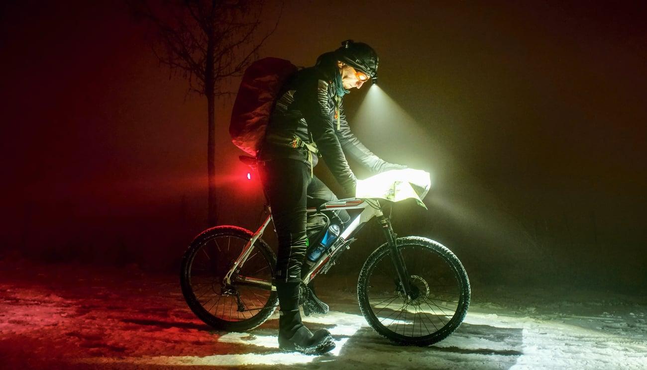 Człowiek na rowerze z czołówką