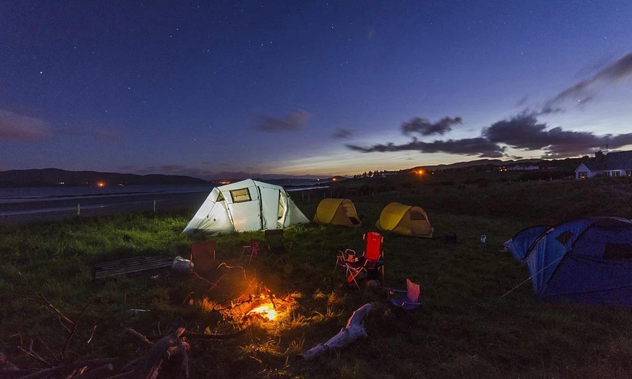 Pole namiotowe nocą