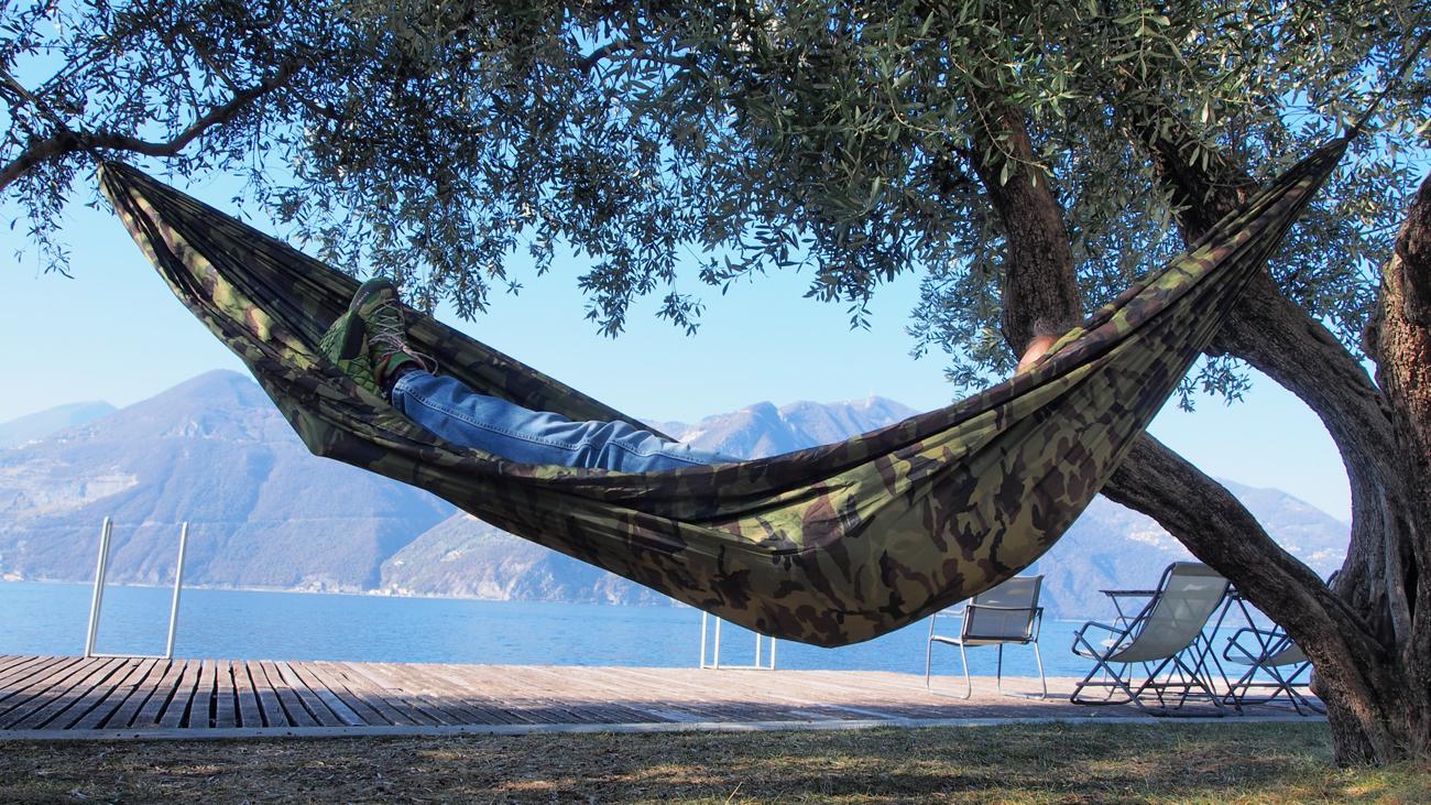 Śpiący mężczyzna w hamaku Bushmen Zen Camo