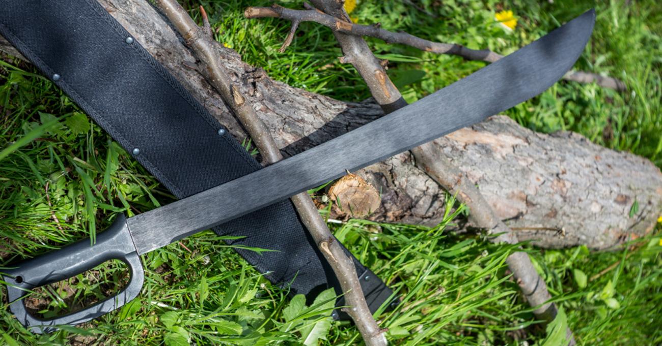 Maczeta Cold Steel Latin D-Guard 21 i jej pochwa na trawie