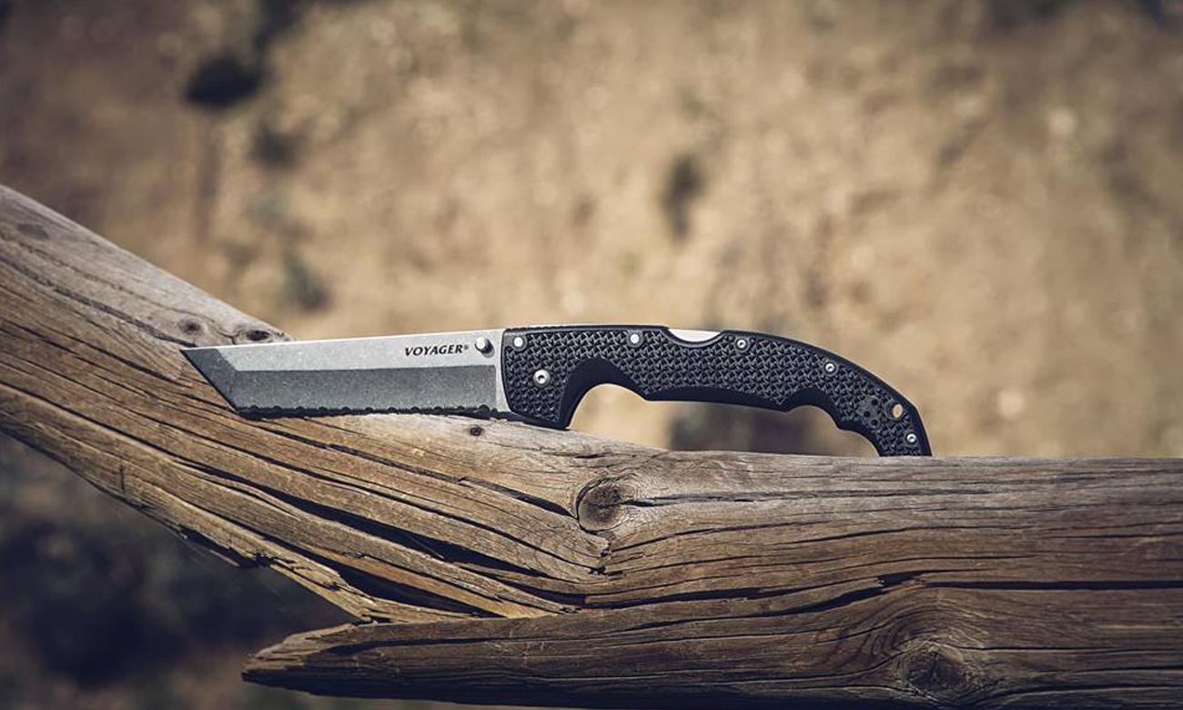 Nóż Cold Steel na pniu