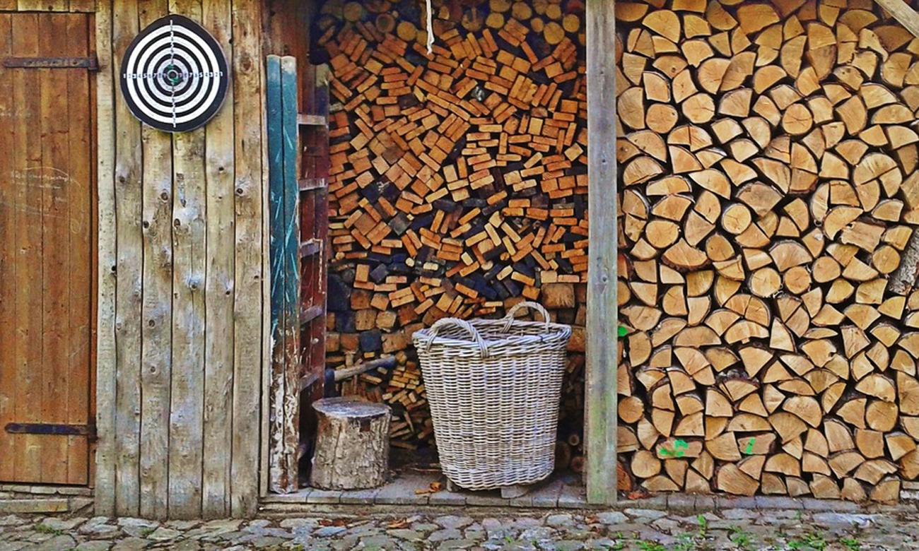 Tarcza do rzutek na szopie z drewnem