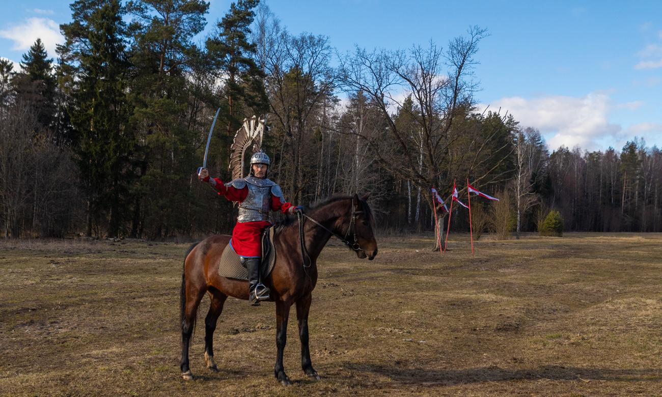 Żołnierz Husarii na koniu z szablą w dłoni