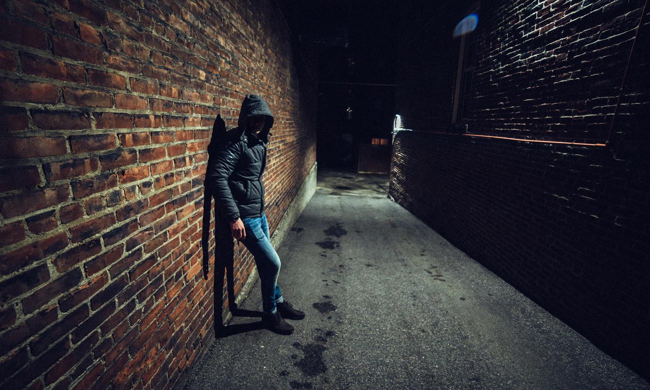 Człowiek oparty o ścianę