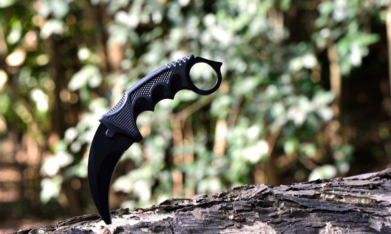 Nóż karambit wbity w drzewo