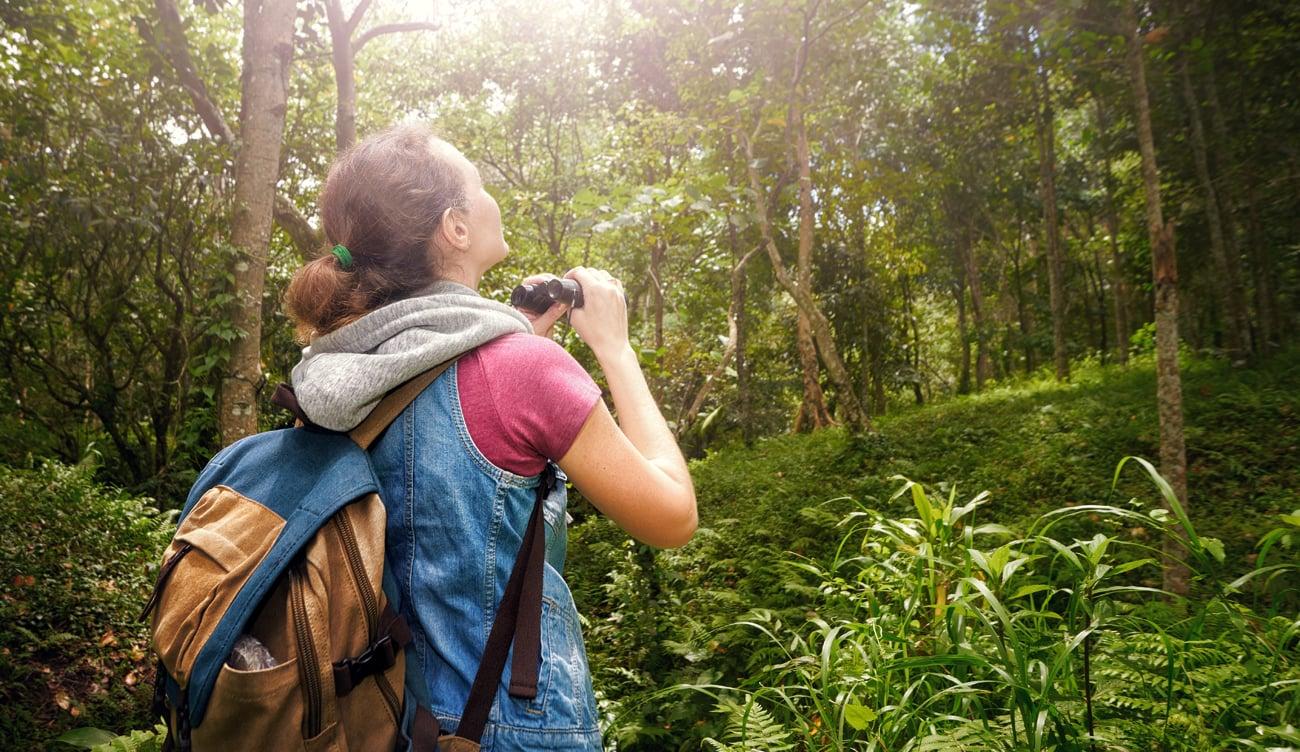 Kobieta w lesie z plecakiem