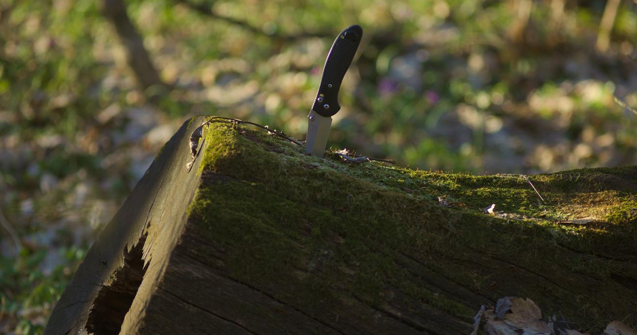 Człowiek ostrzący nóż