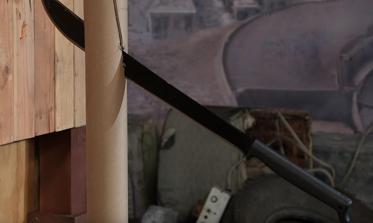 Maczeta Cold Steel 2 Handed Latin 21 przecinająca kartonowy słup