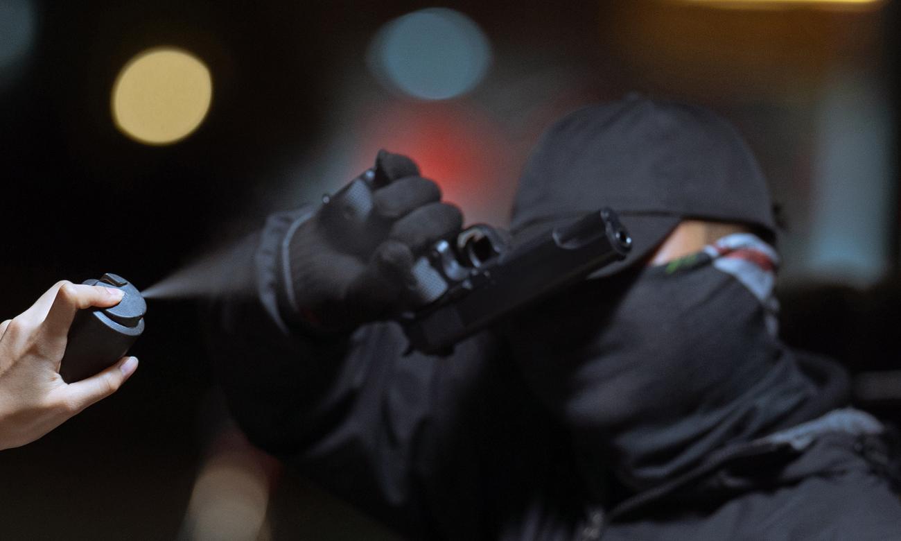 Mężczyzna atakujący kobietę w celach rabunkowych zasłaniający się przed gazem pieprzowym