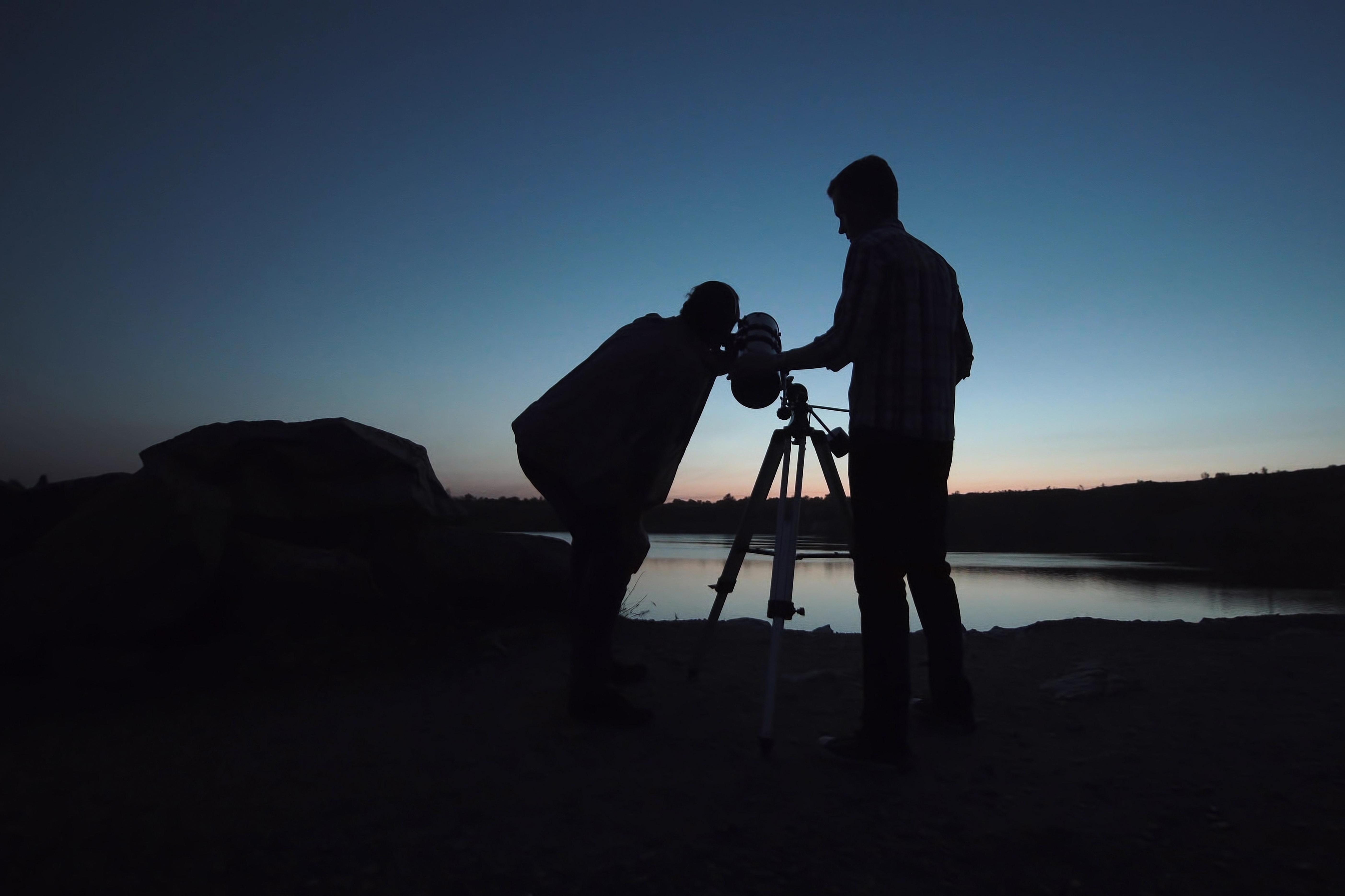 Nocna obserwacja nieba przy pomocy teleskopu