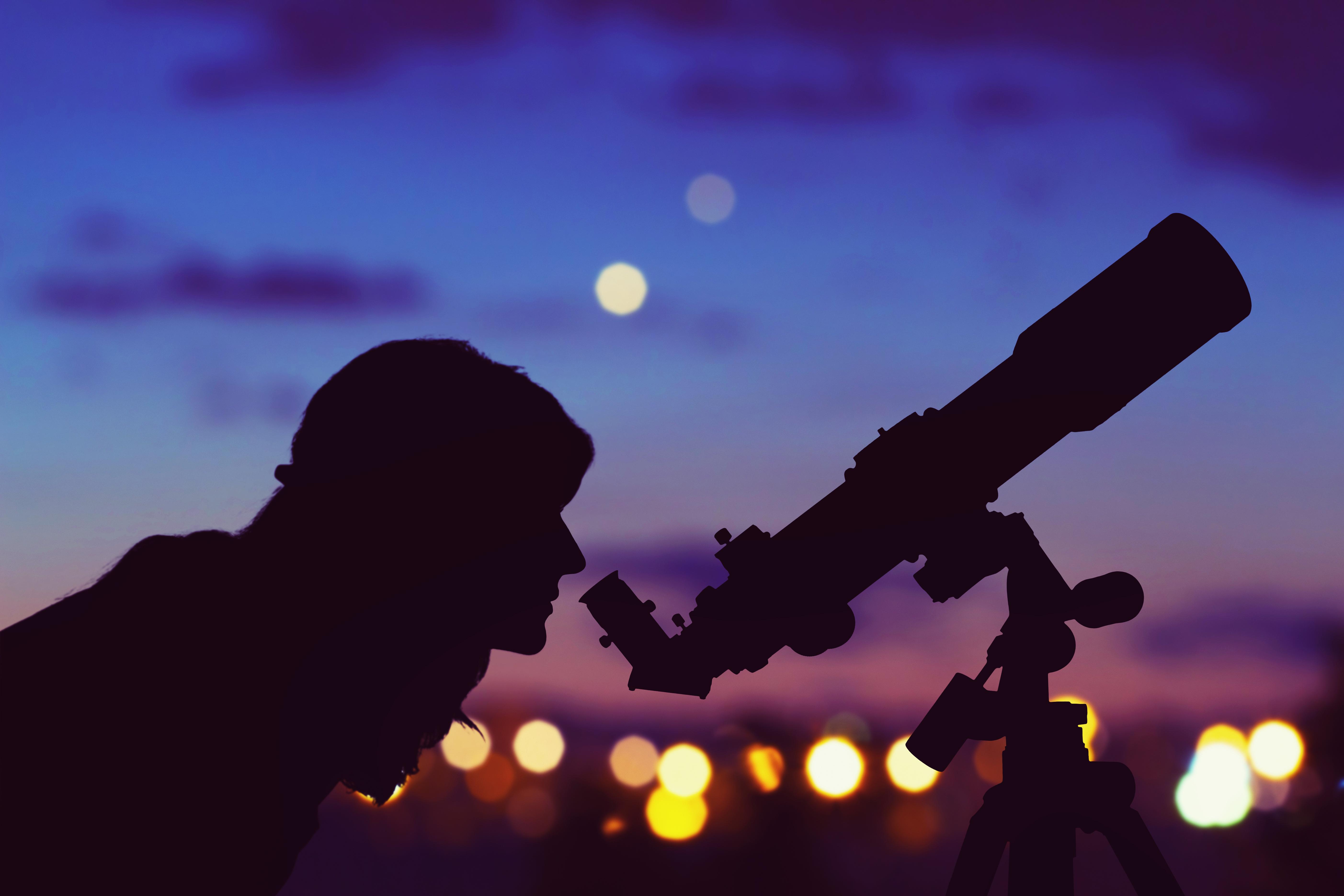 Kobieta z teleskopem i obserwacja nieba
