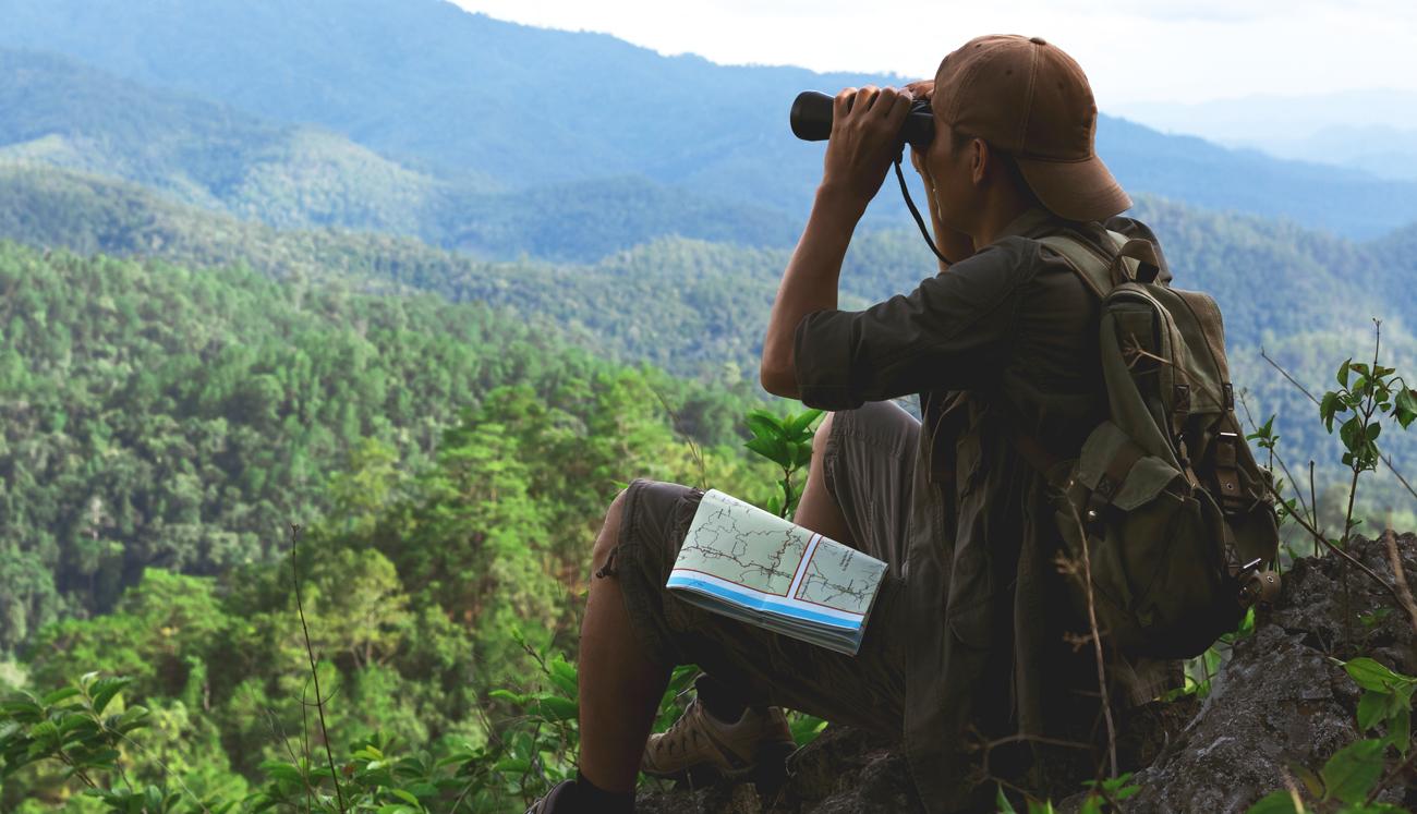 Mężczyzna obserwujący las