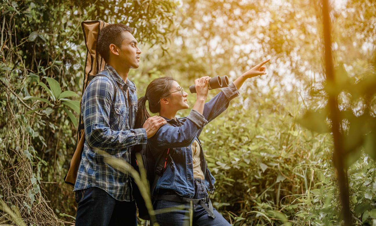 Para w lesie w czasie obserwacji przyrody