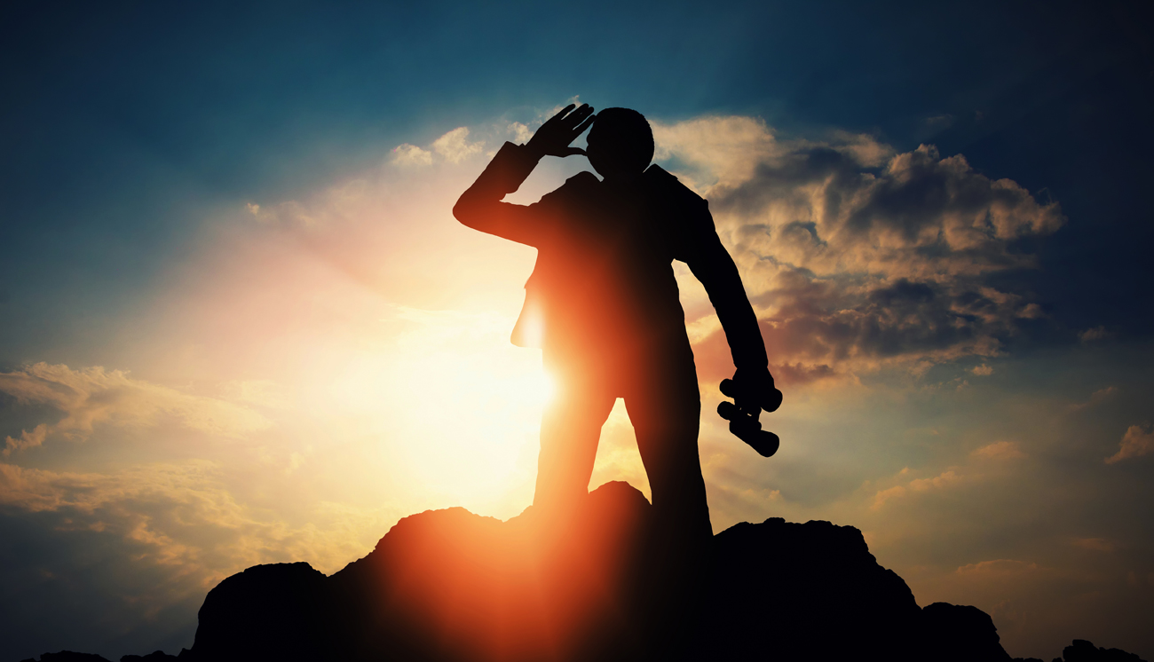 Osoba z lornetką na wzgórzu