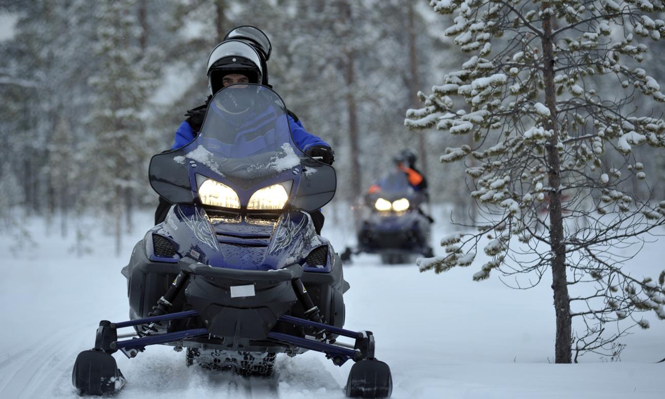 Wycieczka na skuterach śnieżnych zimą