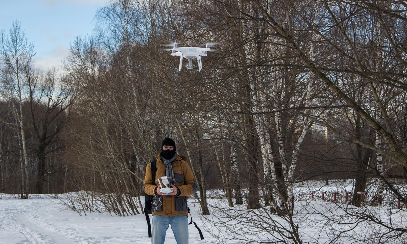 Człowiek z dronem w czasie pracy
