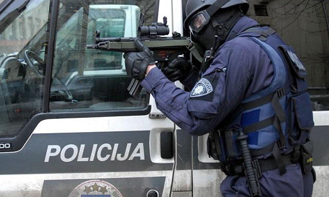 Łotewski policjant podczas akcji