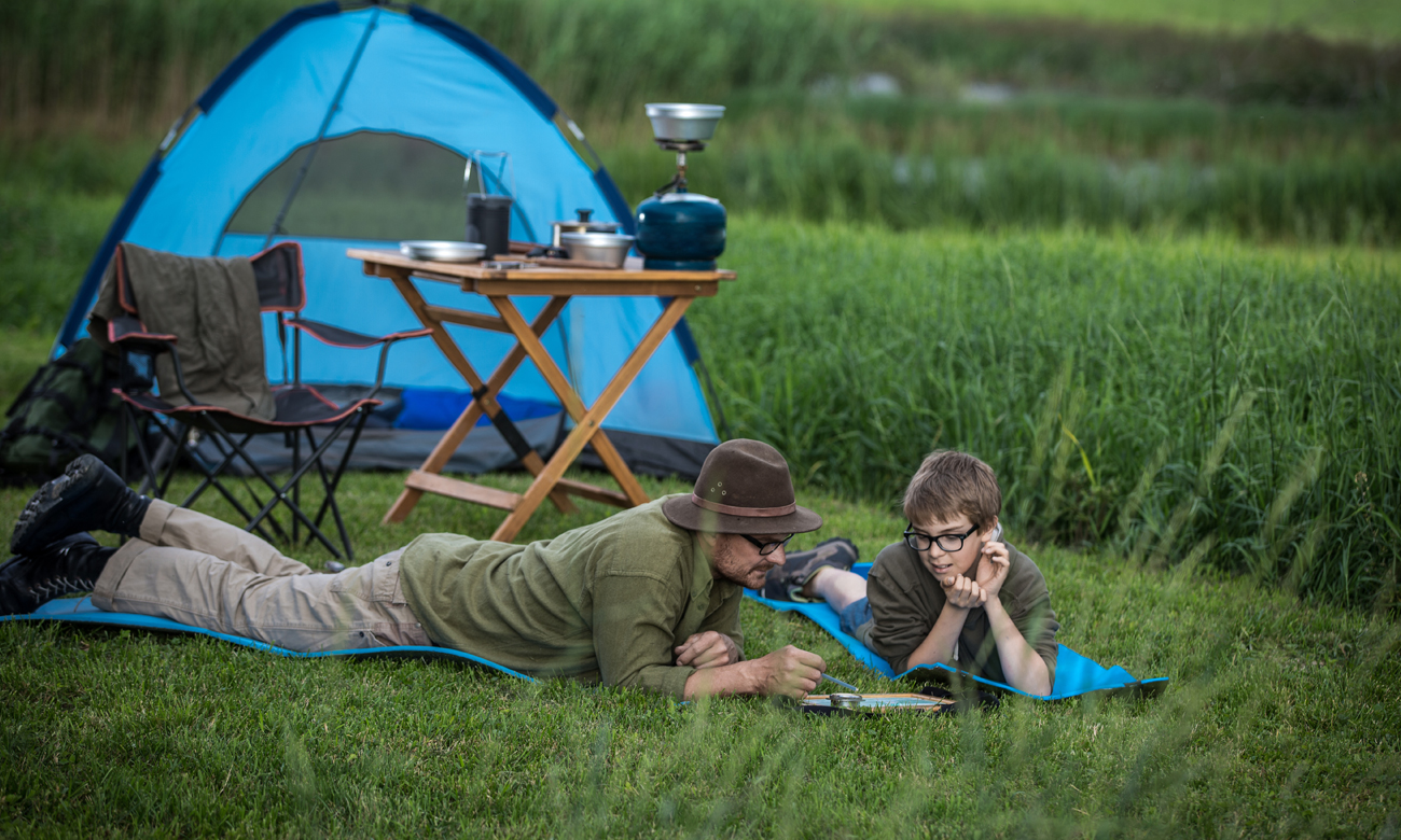Rodzina na trawie na biwaku