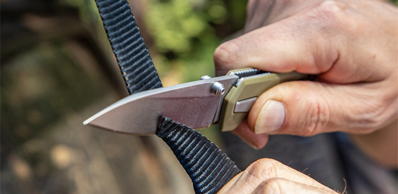 Nóż składany Gerber Gear Fuse Sage podczas ciecia