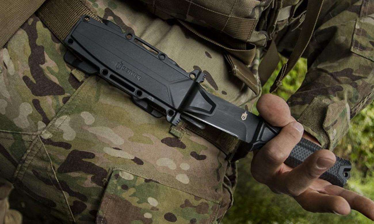 Nóż z głownią stałą Gerber Gear Prodigy - Serrated przypięty do pasa w mundurze