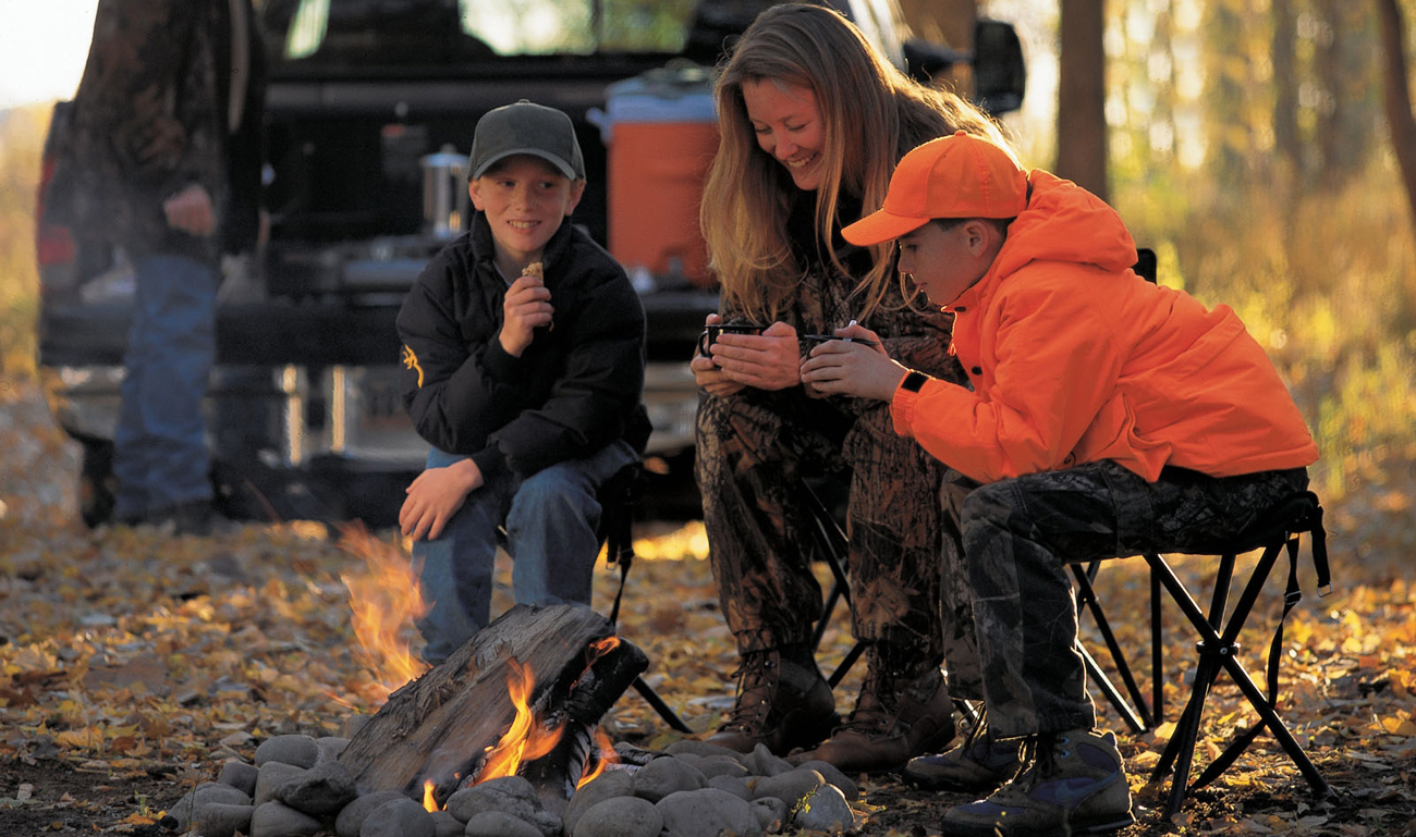 Rodzina na biwaku przy ognisku
