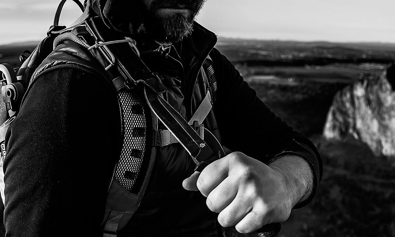 Człowiek wyjmujący z pochwy nóż