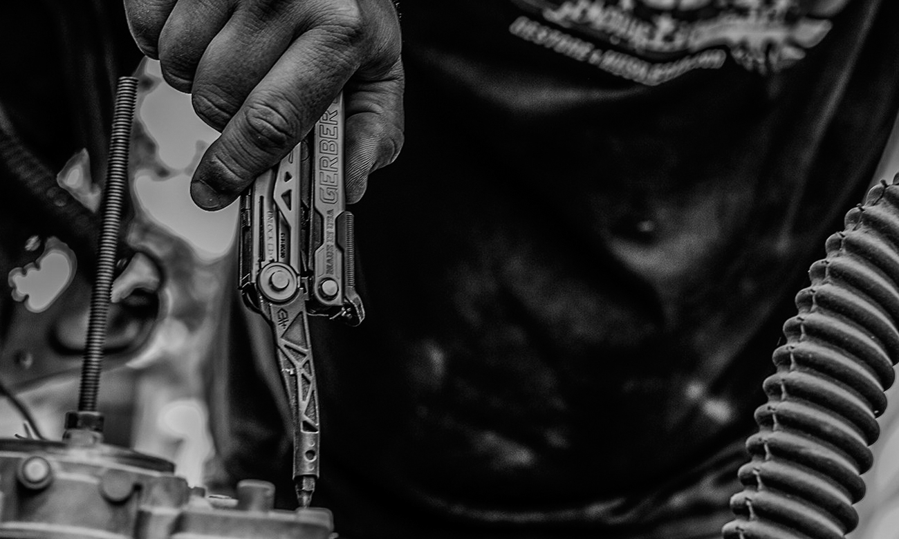 Multitool Gerber Centre Drive Bit Set w dłoni człowieka naprawiającego silnik