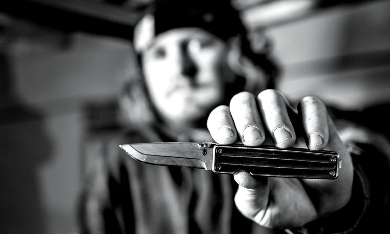 Mężczyzna trzymający nóż składany Gerber Gear Pocket Square, Machined Aluminum