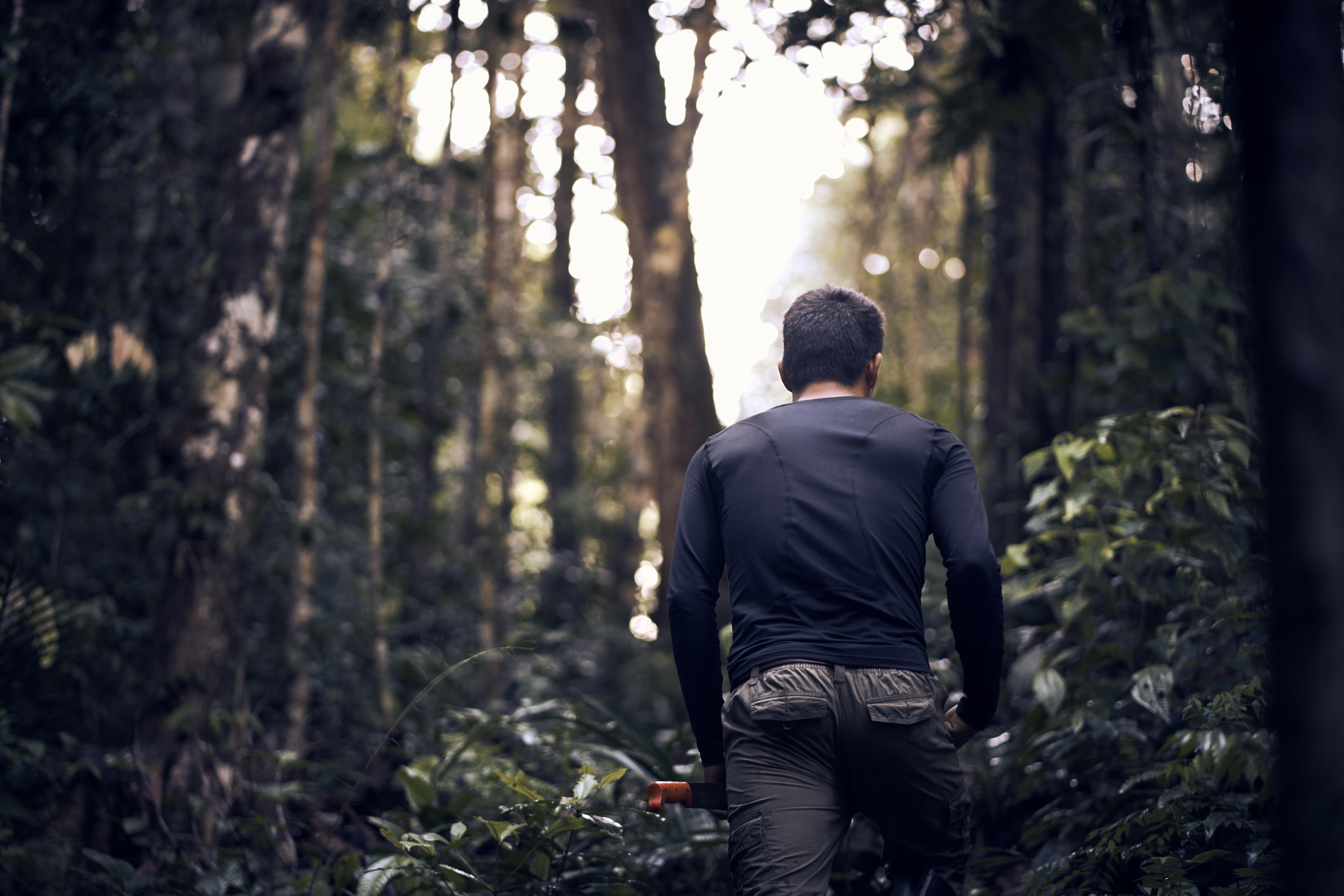 Mężczyzna z maczetą w gęstym lesie