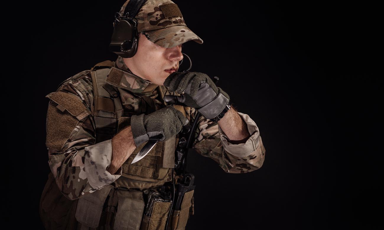 Żołnierz w mundurze z nożem w dłoni