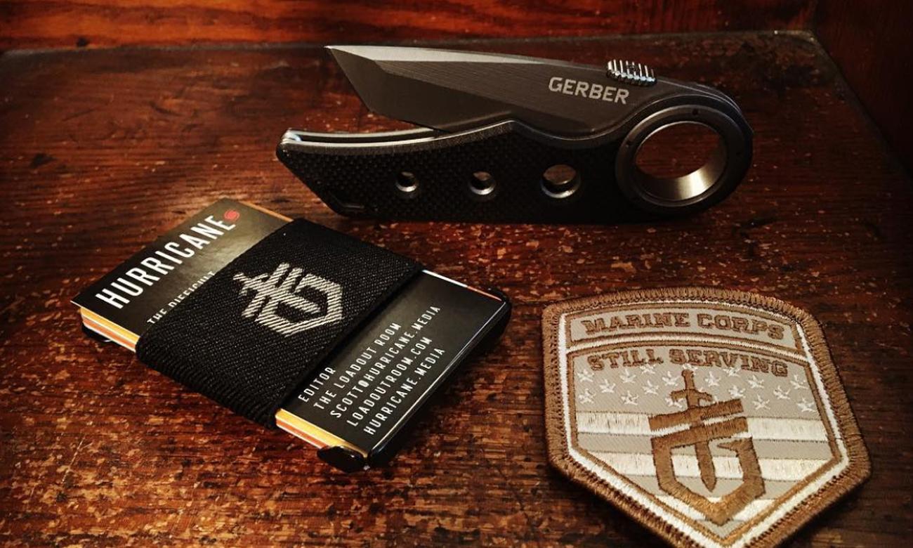 Nóż składany Gerber Gear Remix Tactical Clip Folder, Serrated Edge na stole