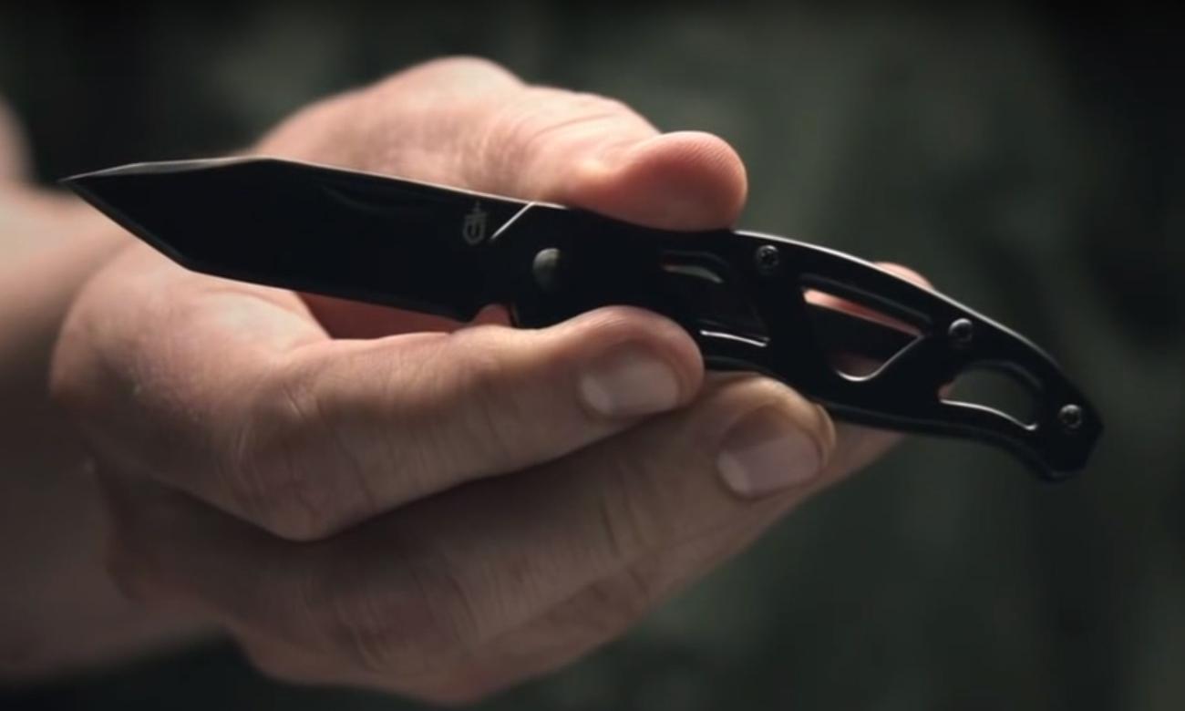 Nóż składany Gerber Gear Paraframe Mini - Tanto w dłoni