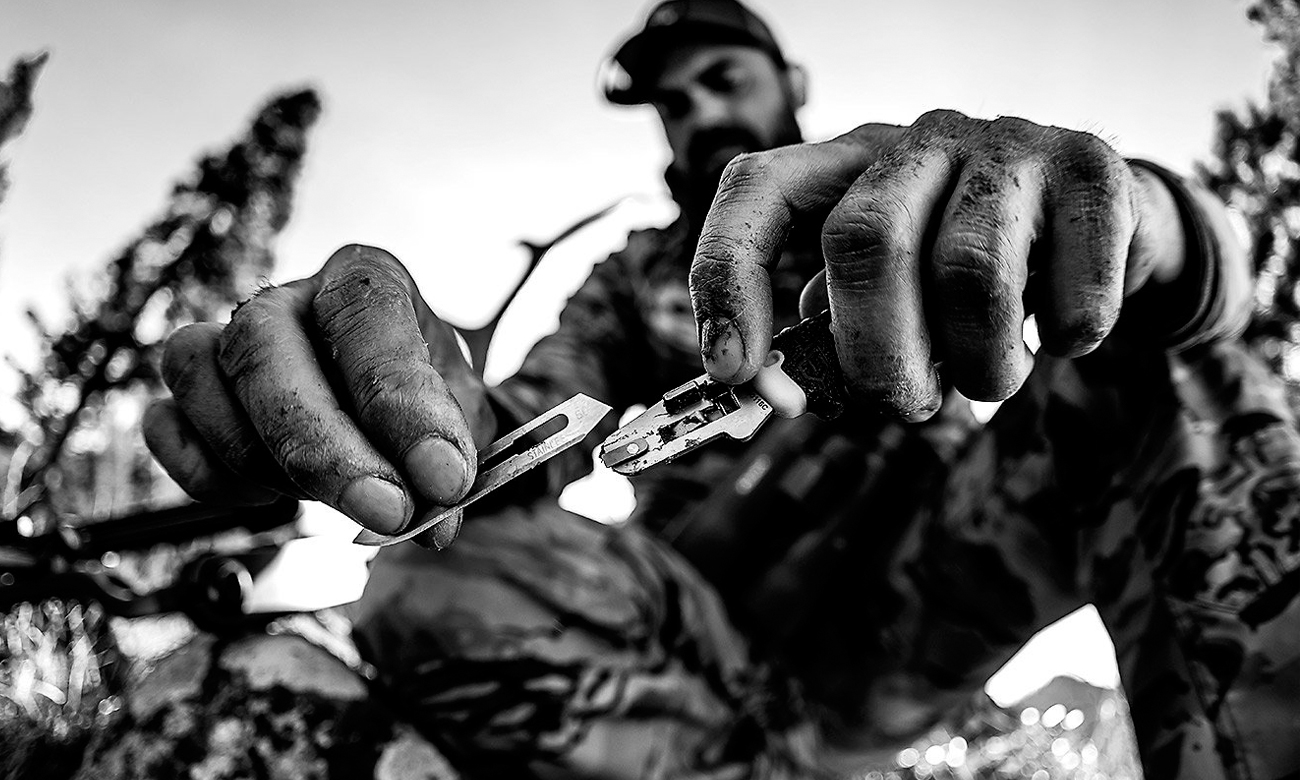 Nóż składany Gerber Gear Vital Pocket Folder w dłoni mężczyzny