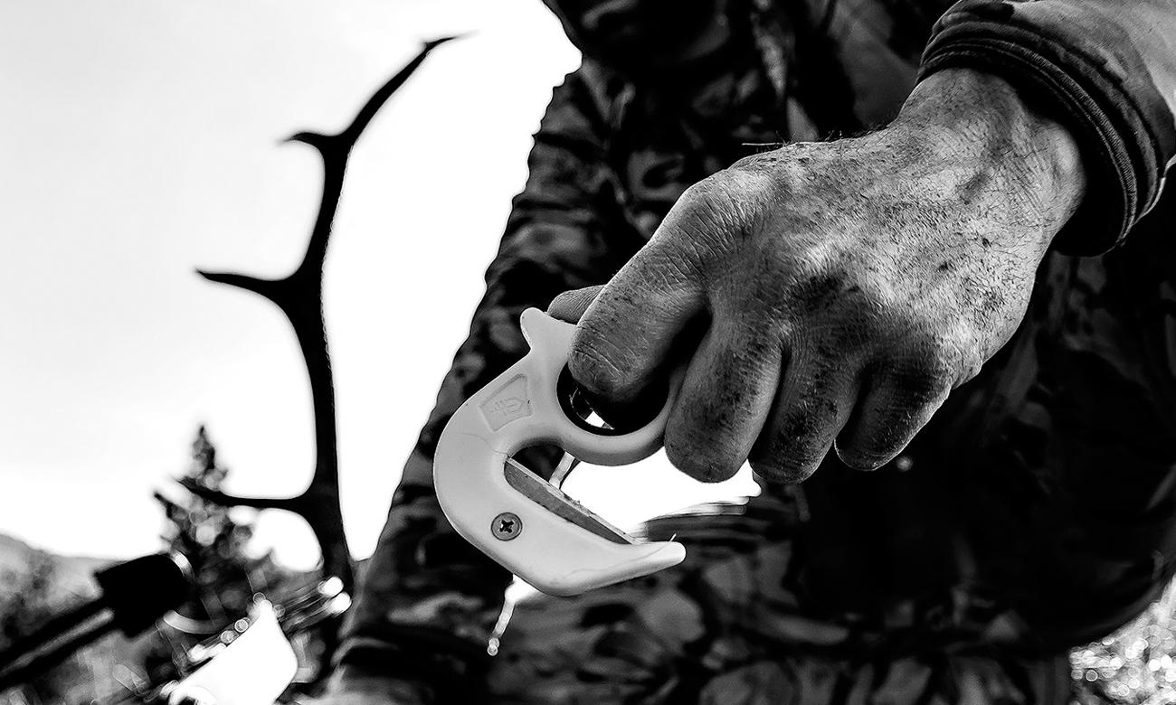 Człowiek z Gerber Gear Vital Zip w dłoni