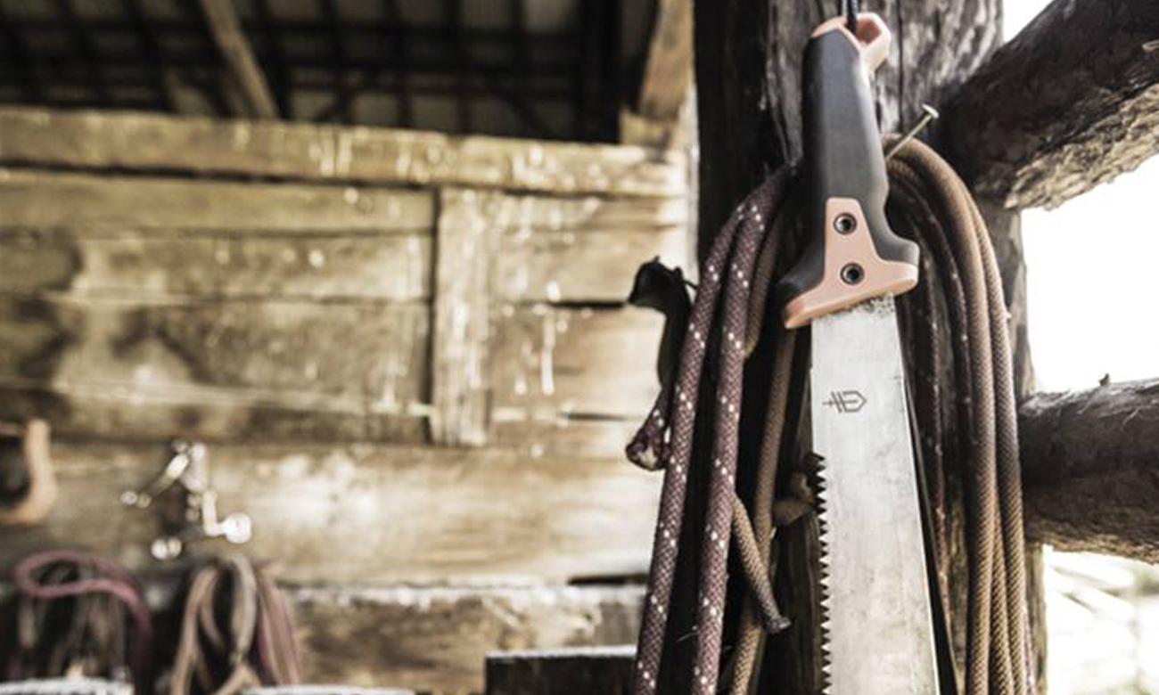 Maczeta Gerber Gear Clearpath wisząca w stodole