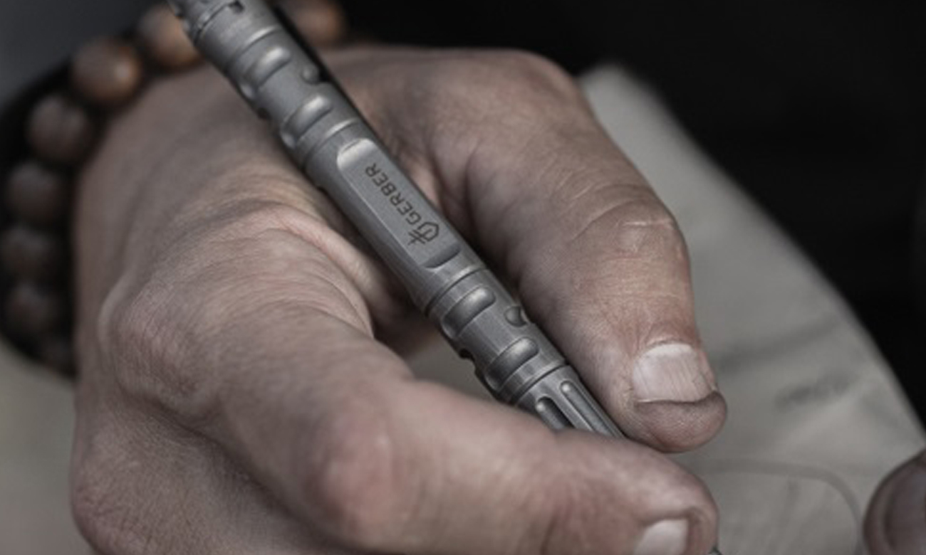 Kubotan - długopis taktyczny Gerber Gear Impromptu TP Flat Dark Earth w dłoni