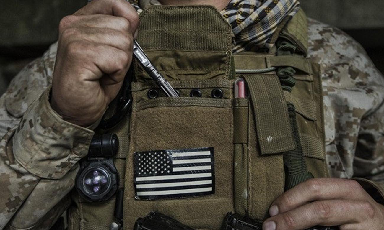 Żołnierz z kubotanem - długopisem taktycznym Gerber Gear Impromptu TP Grey