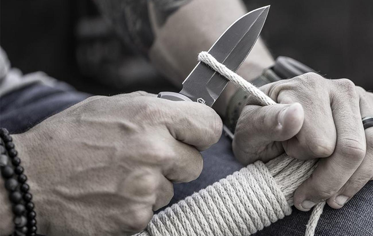 Mężczyzna z nożem w dłoni