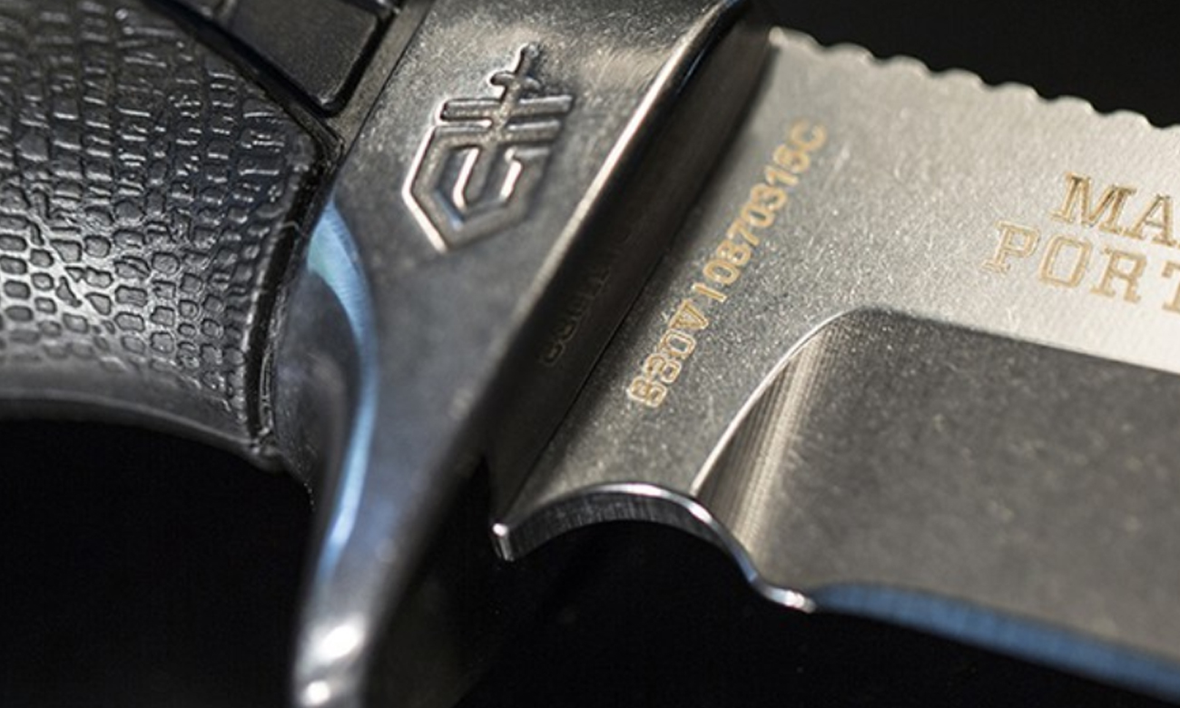 Zbliżenie na jelec noża z głownią stałą Gerber Gear Gator Premium Fixed Drop Point