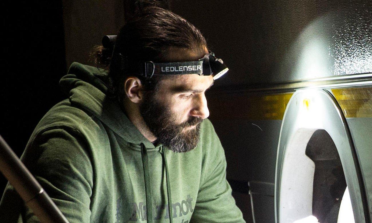 Mężczyzna z latarką Ledlenser MH10 Black na głowie