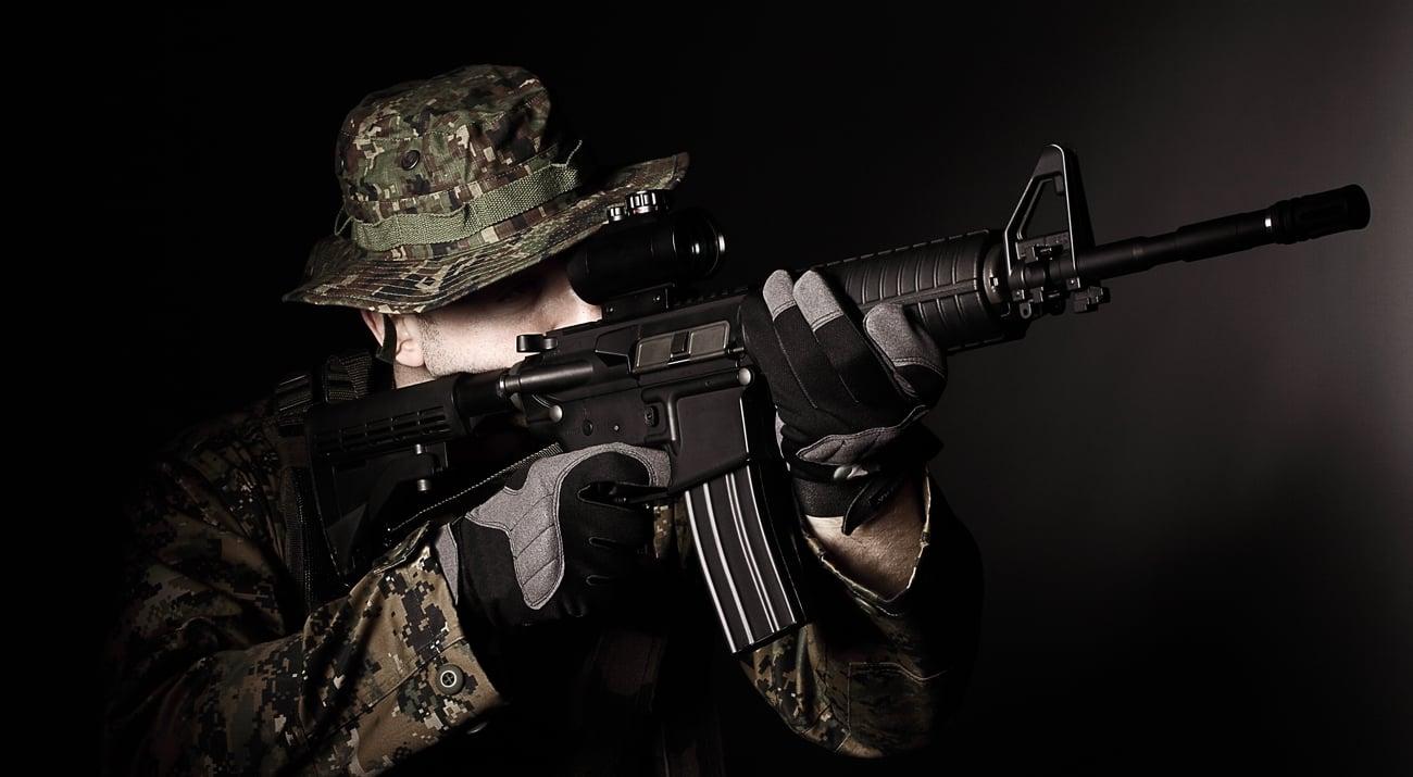 Strzelec z karabinkiem Oberland Arms M4