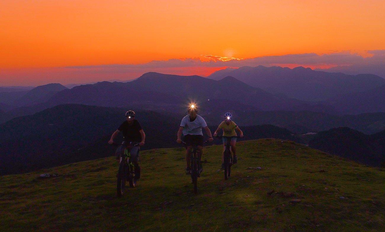 Grupa rowerzystów podczas wyprawy z czołówkami