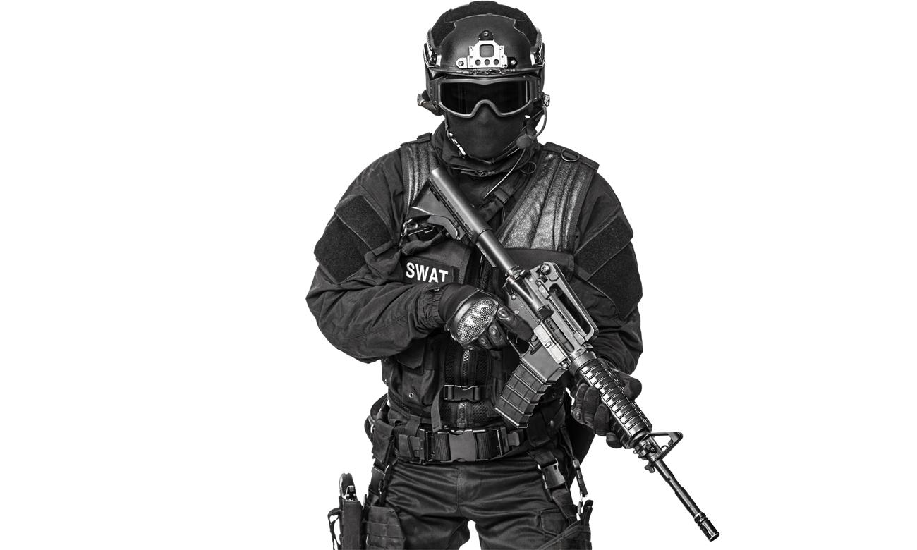 Operator SWAT w kominiarce