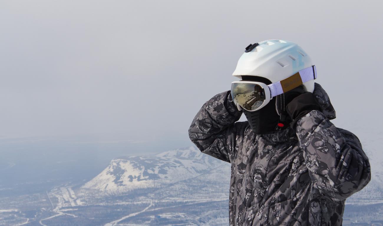Człowiek na nartach w kominiarce