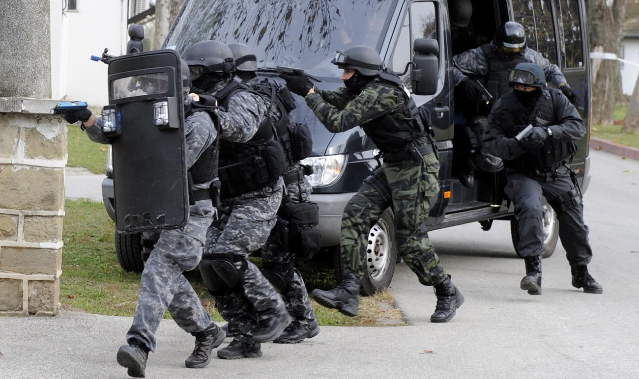 Odział policji wkraczający do akcji