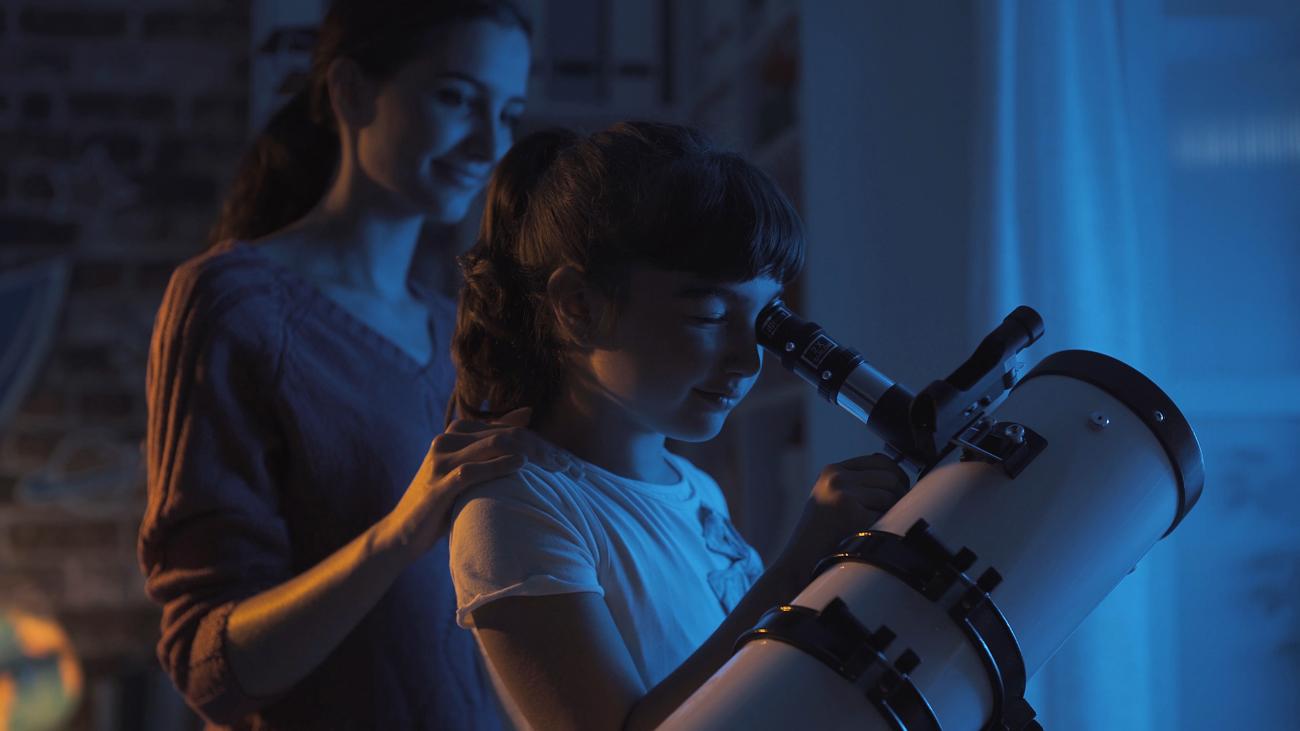 Kobieta i dziecko oglądają gwiazdy